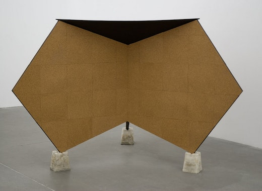 This is an artwork titled Pentagon Kiosk (mit Silberdach) by artist Alice Könitz made in 2008